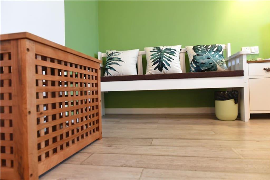 单间201-绿色田园大床房-3人沙发