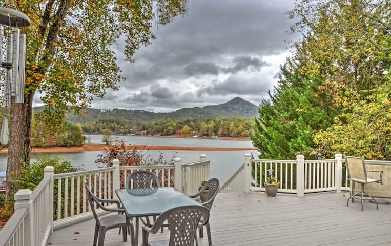 Waterfront 2BR Hiawassee Home w/ Hot Tub! - Hiawassee - Dům
