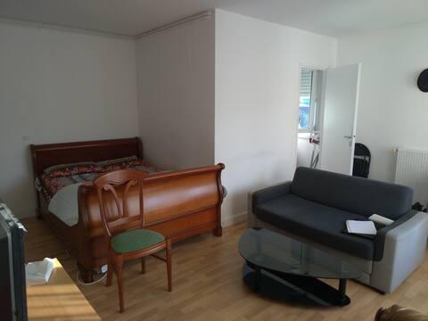 Logement simple avec balcon