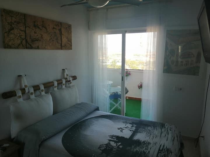 Habitacion privada, vistas al atardecer sobre mar.