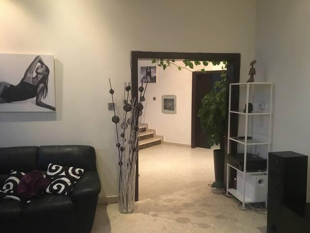 Room available in a 5 bedroom villa - Dubai