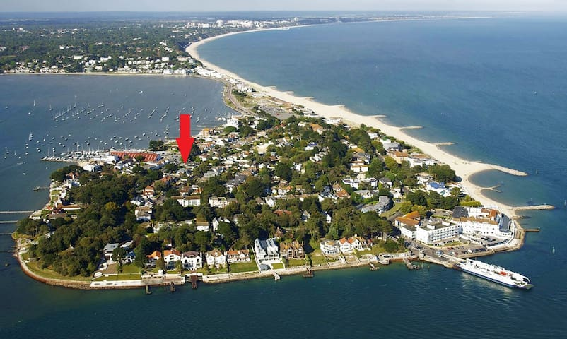 Ariel image showing the fantastic location of this house on the peninsula!