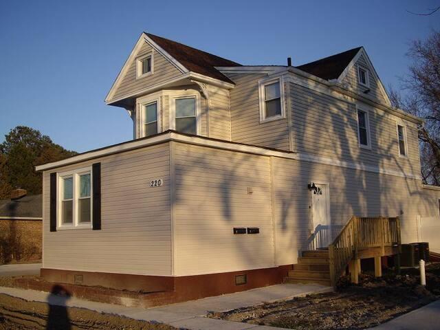 Large 2 BR / 2 BA Apartment (Downstairs) - Hampton - Apartamento