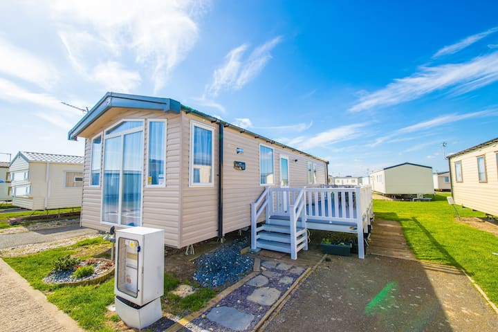 SP113 - Camber Sands Holiday Park - Sleeps 8 - Gated Deck - Private Parking - Close to Beach - Very Modern