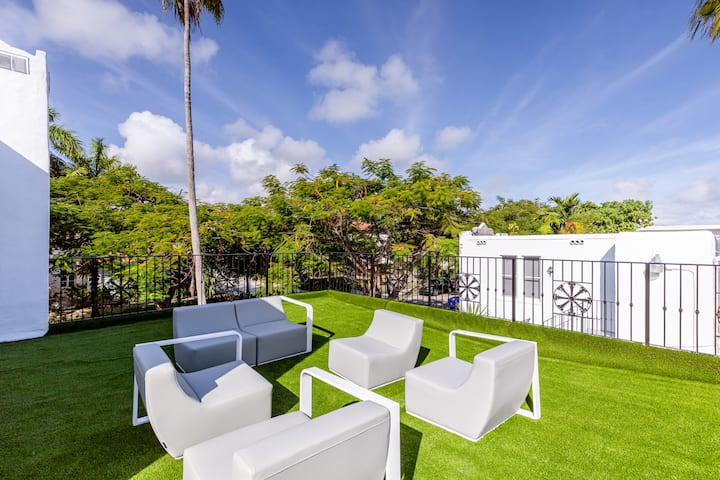UP TO 20 POOL LUXURY VILLA CLOSE TO BEACH&WYNWOOD