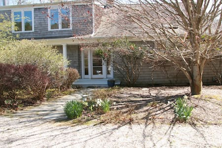 Beautiful secluded setting with pool and tennis - East Hampton