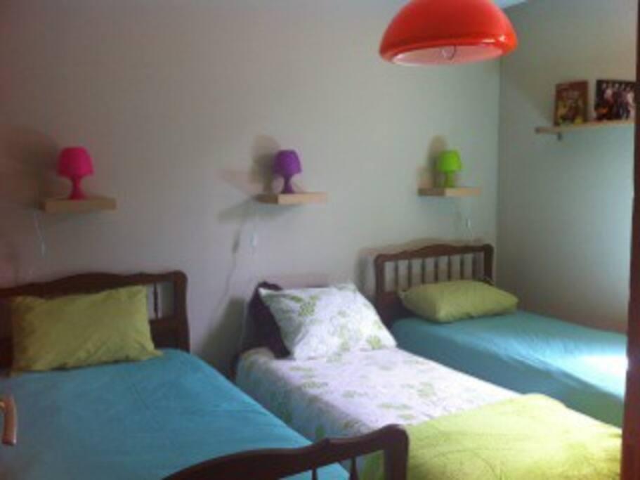 3 LITS SIMPLES dortoir enfants si besoin , à la place d'une chambre à un seul lit double