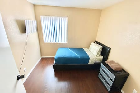 10 min to Strip/Private Room/TV/Wifi/Parking
