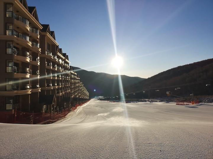 冬奥场地云顶丽苑,110平跃层loft。 推门即入奥运雪道,窗外满山白桦自然清新。 冬滑雪,夏避暑。
