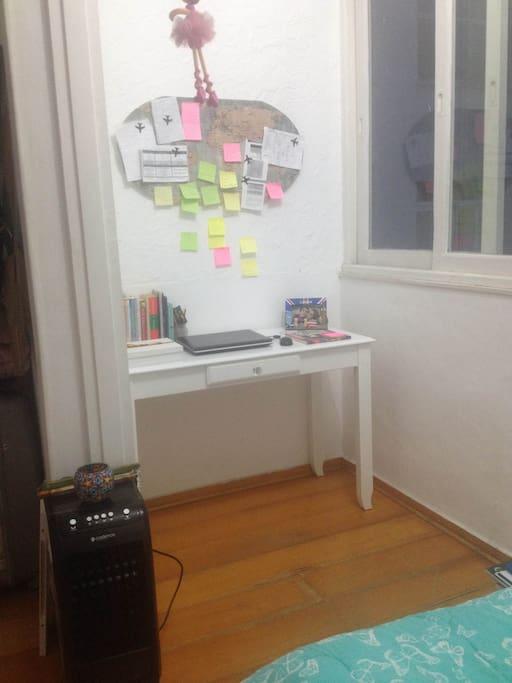 Escrivaninha e climatizador