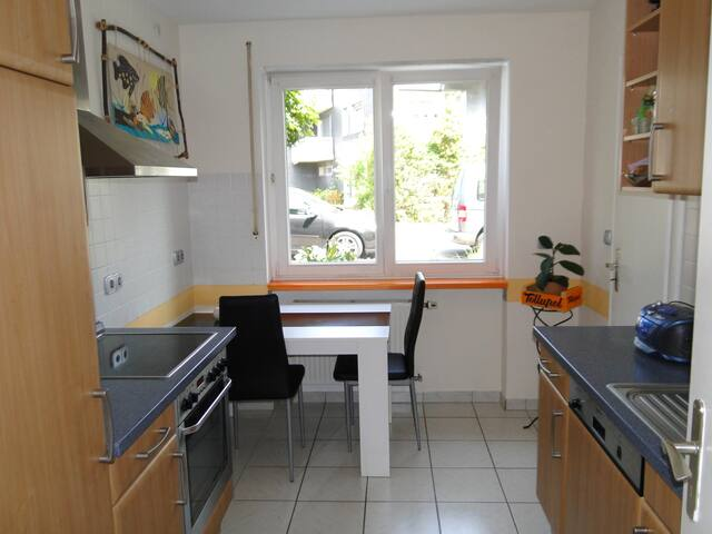 Süßes Zimmer privaten Eingang, Bad und Küche.