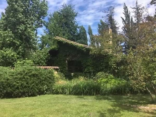 Hermosa casa de campo en Pirque, rodeada de viñas.