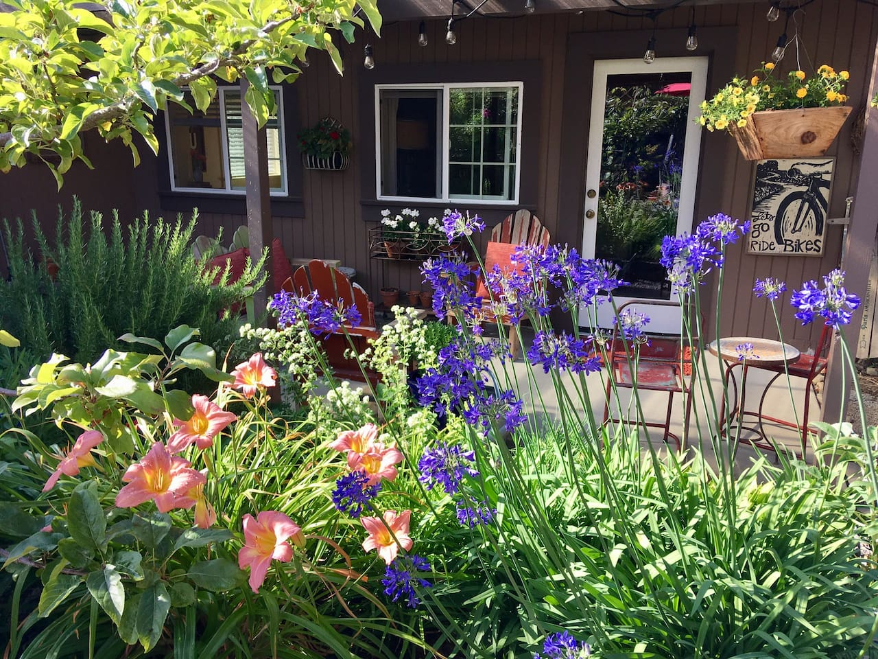 Welcome to the little Hummingbird Hideaway. As soon as you walk through the door, the patio garden will welcome you to sit back, relax and enjoy!
