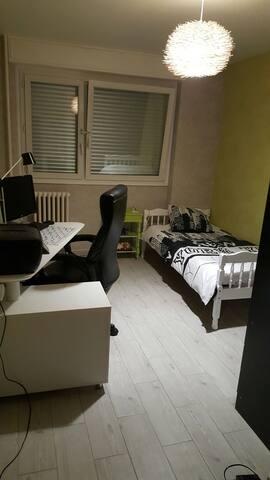 Chambre simple avec bureau