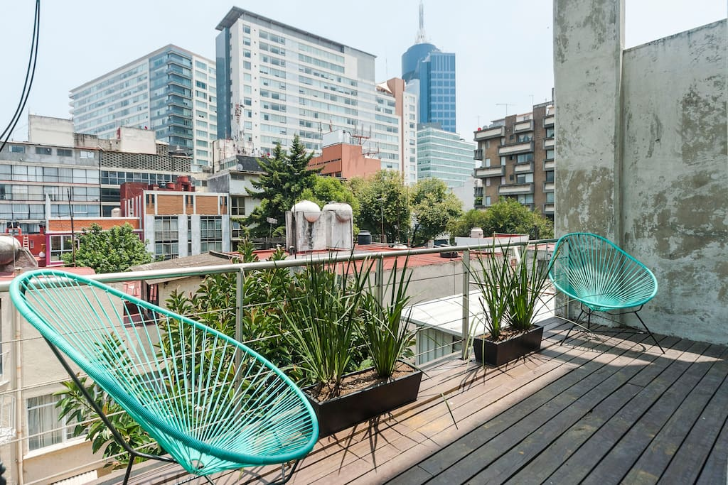 The apartment has two little terraces, the east-oriented one is especially agreeable to have breakfast or sunbathe in the morning.