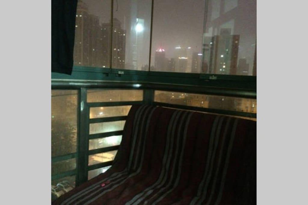 阳台一角,晾衣服、休息发呆