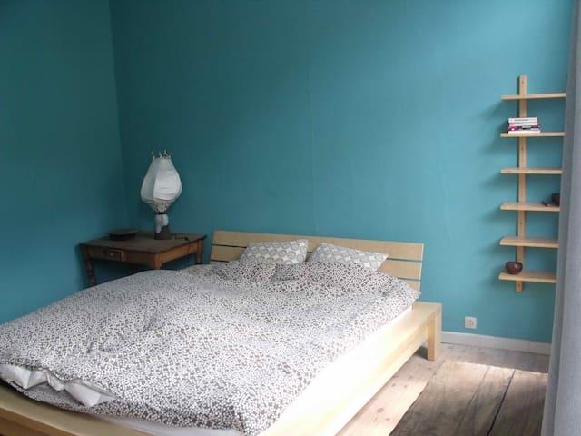 Chambre cosy dans une maison d'artiste