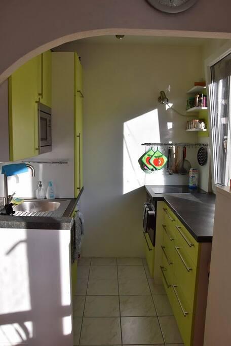 sonnige Küche komplett eingerichtet