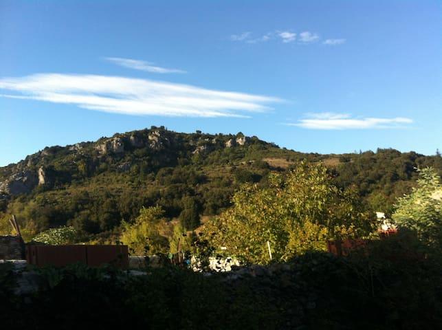 Byhus i hyggelig landsby i Corbiers - Félines-Termenès