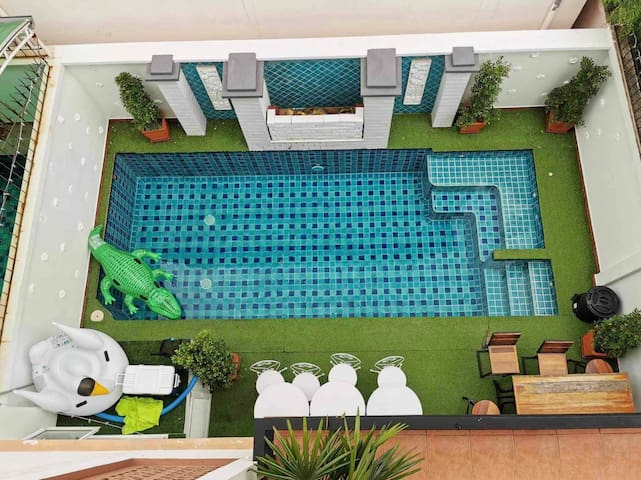 4 bedrooms Pool Villa 2 KM walking street