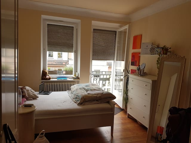 Gemütliches Zimmer mit Balkon in Altbauwohnung