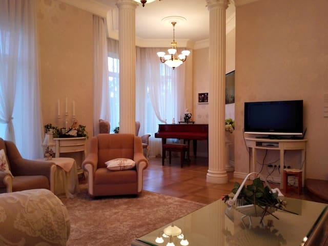 Гостиная с камином и роялем, на первом этаже