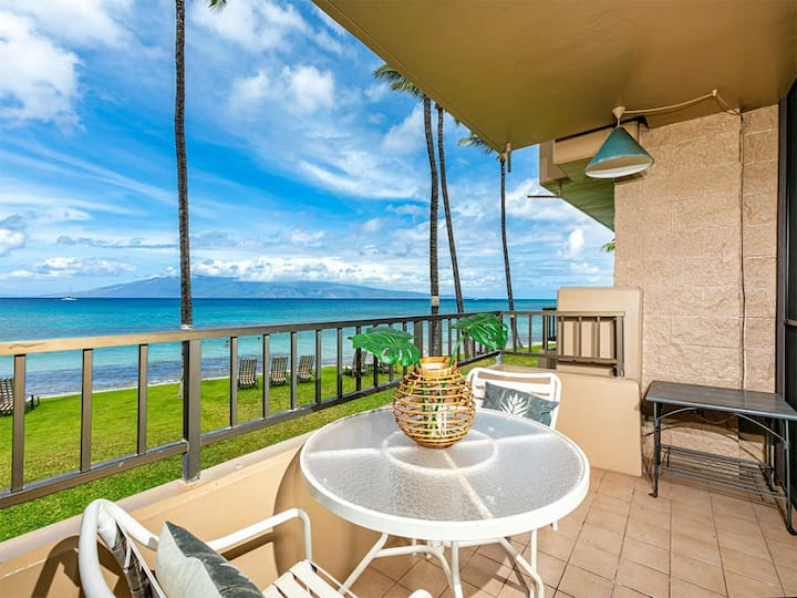Amazing Ocean Front View! Chic Kitchen, Furnished Lanai, WiFi, Flat Screens–Paki Maui 105