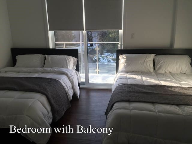 Deluxe Master Bedroom Ensuite-Hamilton by the lake