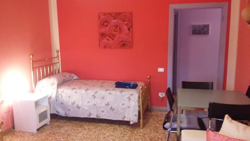 Salotto Camera con 2 letti singoli, armadio, cassettone e tavolino