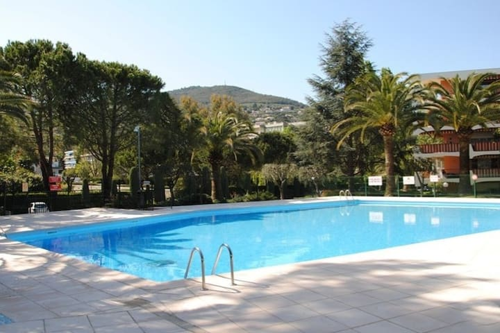 Bel appartement de 25m2+8m2 terrasse  face piscine