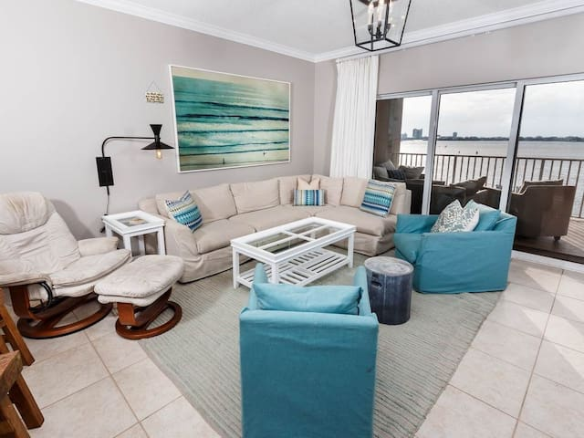 Stunning Condo, Free beach chairs and umbrella, Outdoor pool, Gulf-front