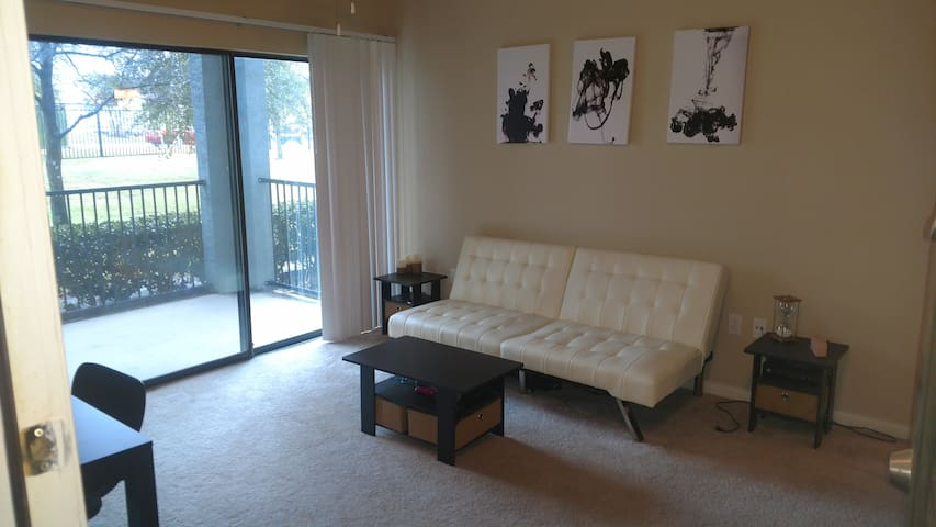 Modern 1 bed/1 bath Minutes from Downtown w/ Perks - Austin - Lägenhet