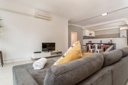 Contemporary in an ideal location! - Kaapstad - Appartement