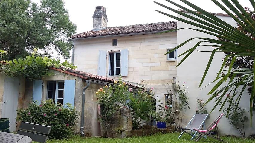 Petite maison esprit campagne - Bassac - House