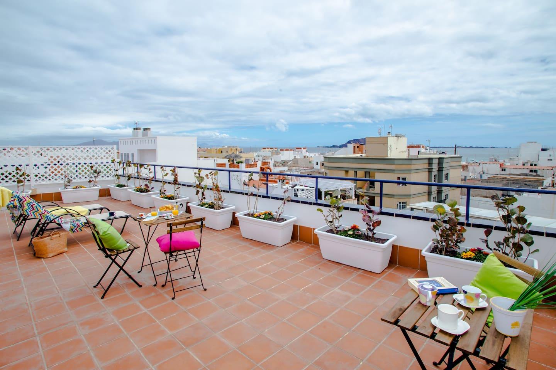 agradable terraza con vistas a Lobos y Lanzarote