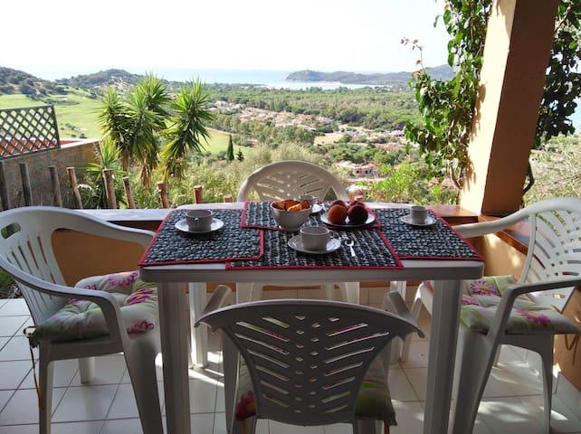 la colazione in veranda e uno sguardo alle spiagge per decidere dove passare la giornata