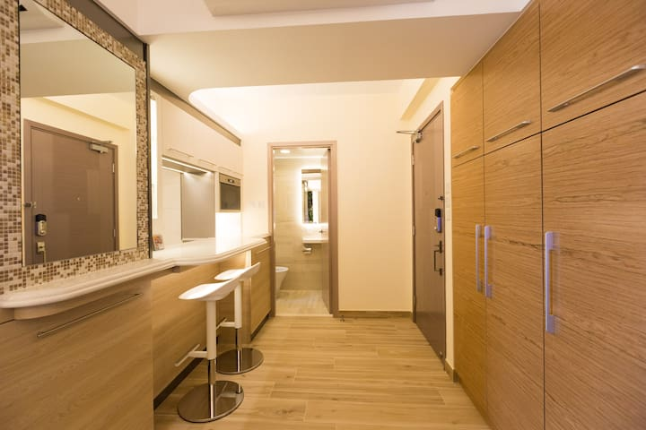 Modern&Well furnished 2BR apt at the heart of HK!