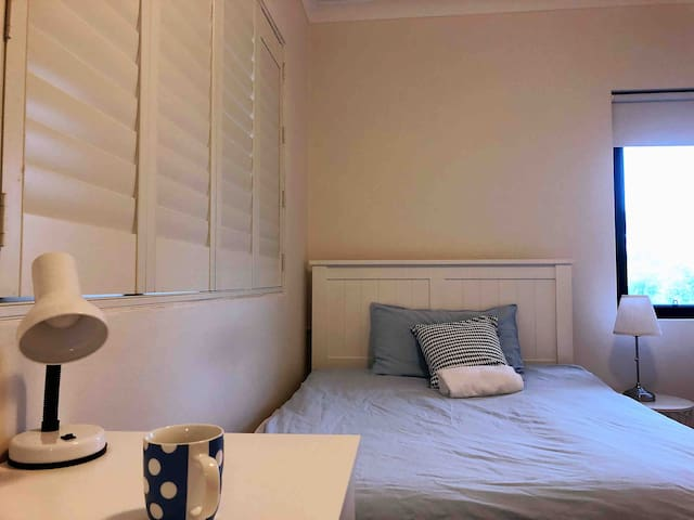 Lovely studio double bedroom close to-airport