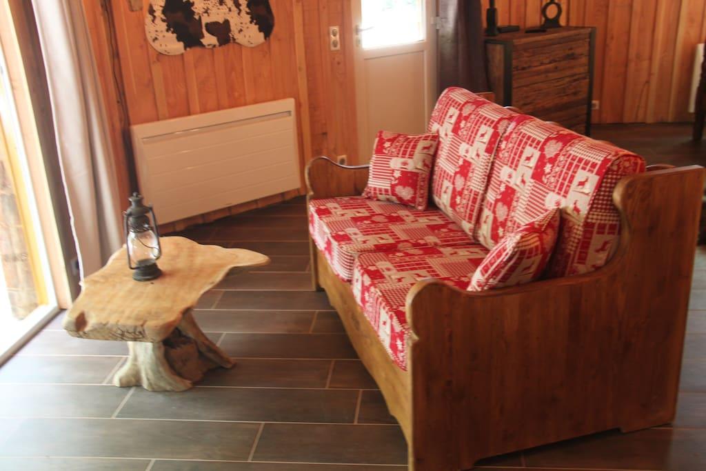 Canapé lit face a la baie vitrée