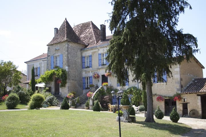 Manoir La Breuille, Montmoreau St Cybard, Charente - Saint-Martial - ที่พักพร้อมอาหารเช้า