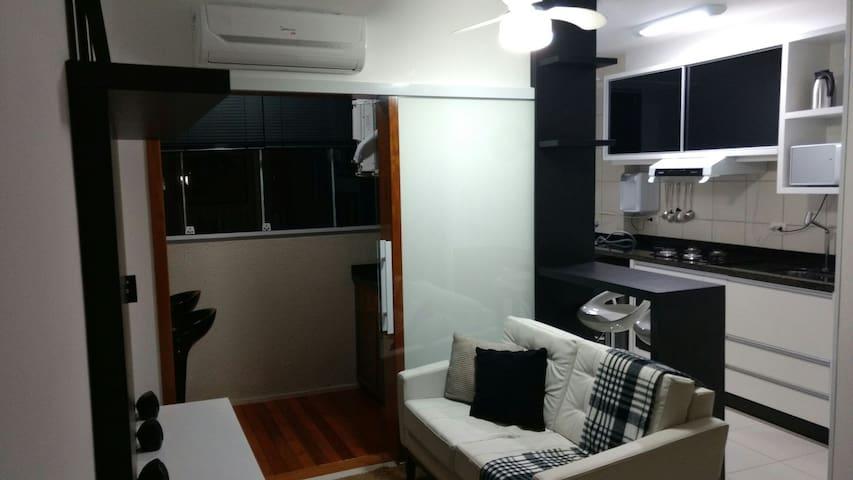 Ap 2 quartos mobil., WiFi, maq lavar, AC e garagem