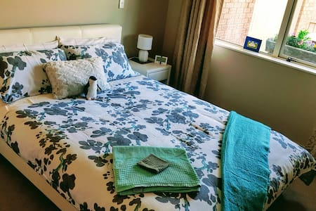 Comfy Queen bedroom in quiet house -  easy parking