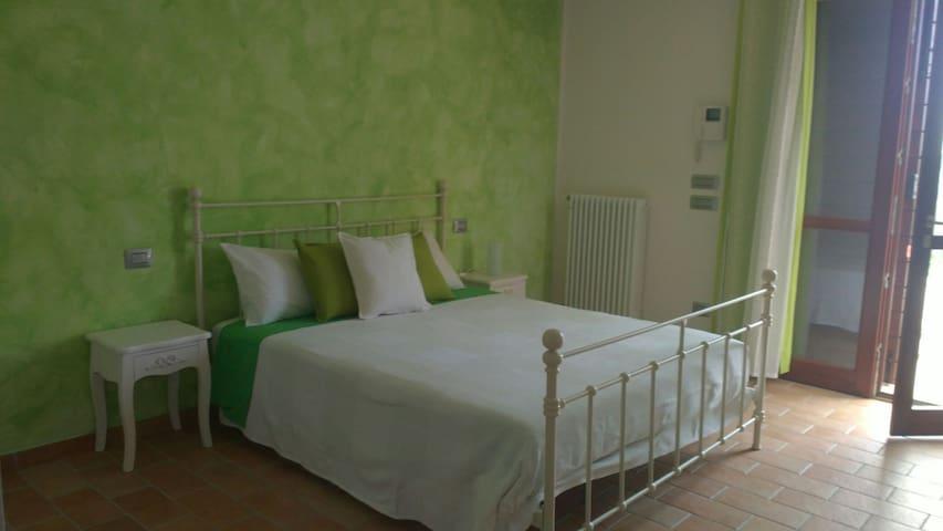 Ampia camera immersa nel verde - Roncofreddo - Hus