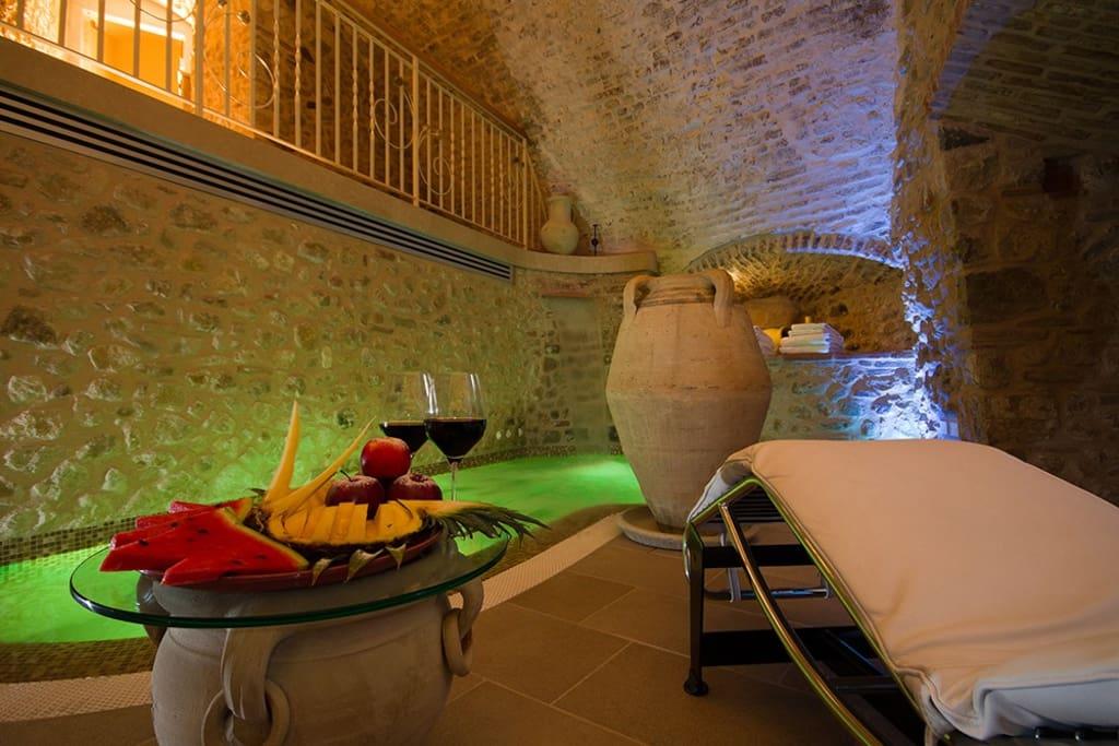 Torre medievale di 3 piani con vasca idromassaggio a for Piani di casa torre