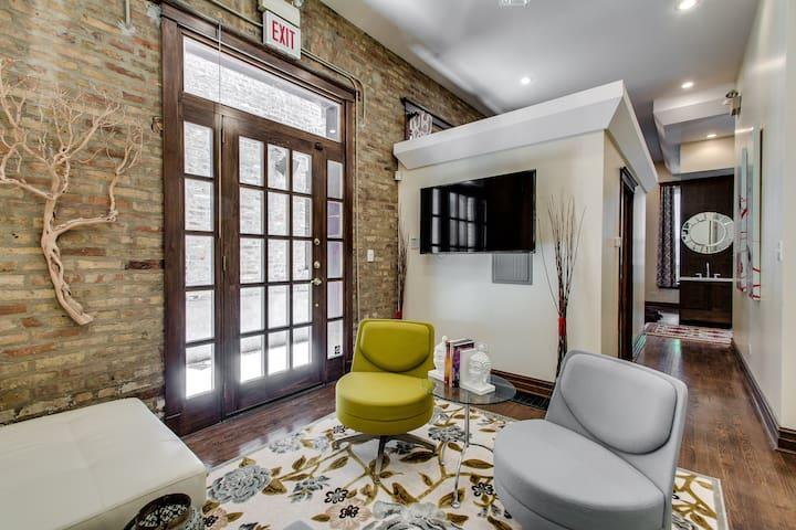 Chicago Studio Suite- Walk to Wicker Park & Train!