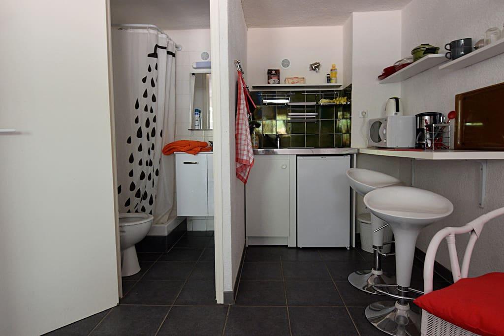 La salle de bain est séparée