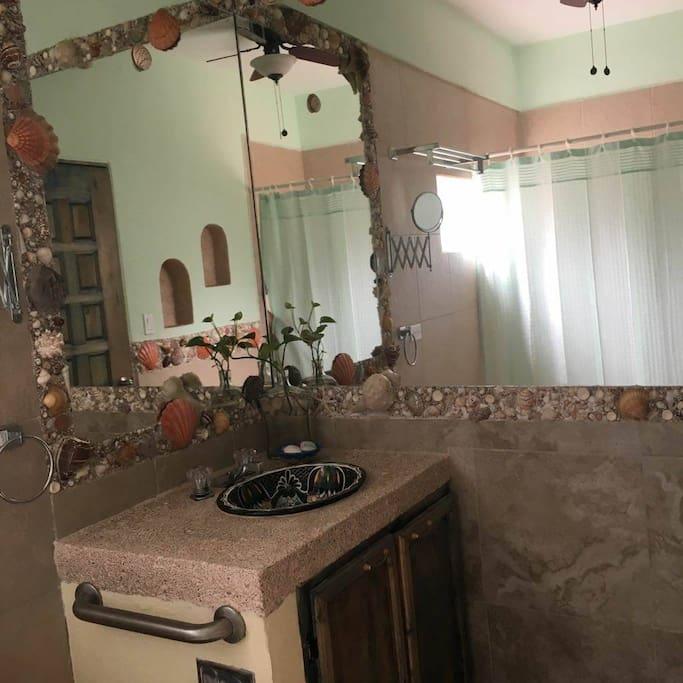 cada baño está personalizado con detalles que lo hacen único