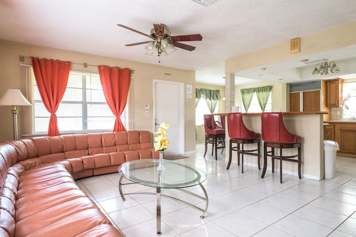 Entire House 6 bedrooms 2 baths 10min to the beach - Hollywood - Haus