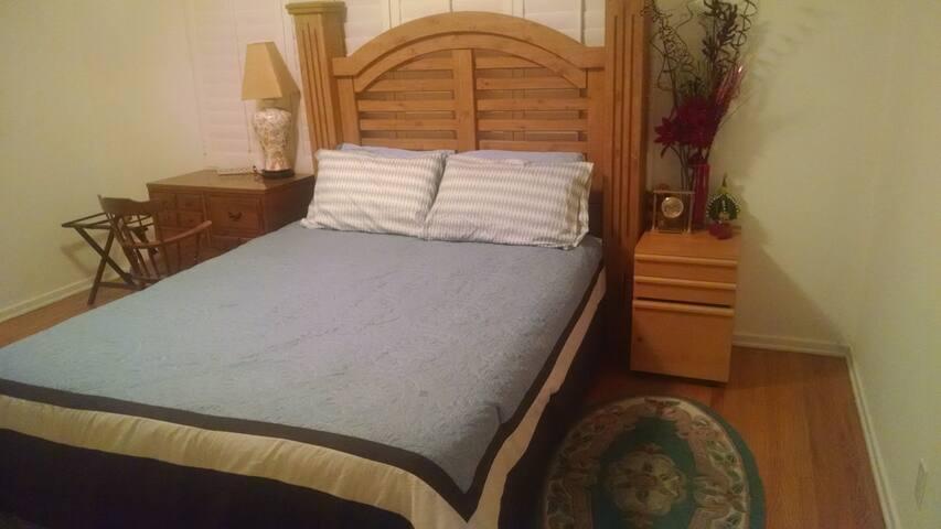 Main floor bedroom #2 (Queen size bed)