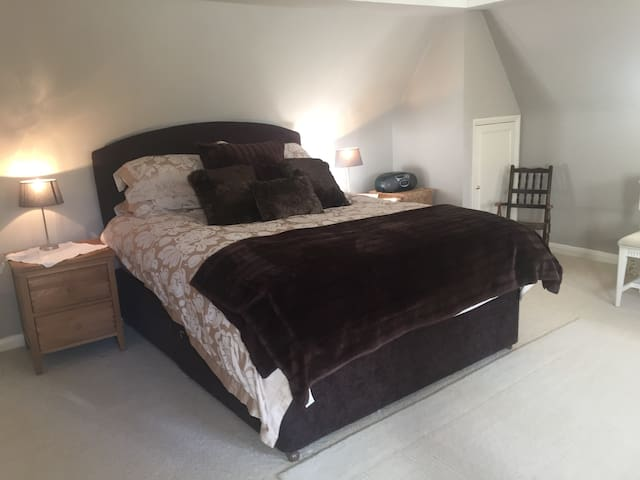 Kingsize Bed in Annex located down a private road. - Penn